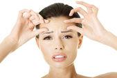 Vrouw haar rimpels op haar voorhoofd controleren — Stockfoto