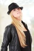 Jovem bailarina feminina no chapéu — Fotografia Stock