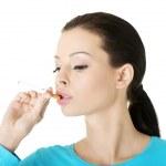 若い女性の喫煙電子タバコ — ストック写真
