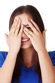 Schüchtern teenager-mädchen, spähen durch überdachte gesicht — Stockfoto