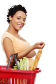 Alışveriş sepeti ile hamile kadın — Stok fotoğraf