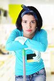 Trött och utmattad rengöring kvinna — Stockfoto