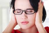 Frustrerade unga kvinnan håller öronen — Stockfoto