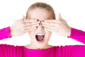 молодой подросток женщина, закрыла лицо руками — Стоковое фото