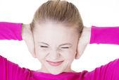 沮丧的年轻妇女举行她的耳朵的特写. — 图库照片