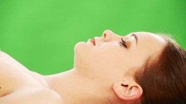 Mujer joven siendo un masaje de relajación — Vídeo de Stock