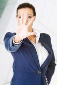 Femme d'affaires grave faisant signe stop — Photo