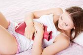 Mulher jovem e bonita tem estômago doer. — Foto Stock
