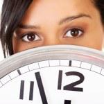 Portrait de femme choquée avec horloge — Photo