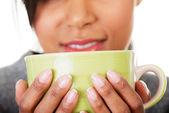 Genç kadın bir şey büyük kupa içme — Stok fotoğraf