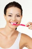 Femme tenant la brosse à dents, isolé — Photo