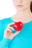 Attractive woman holding a heart, closeup. — Stock Photo