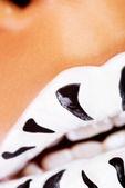 Kvinnliga mun närbild. vit läppstift med svarta ränder. — Stockfoto