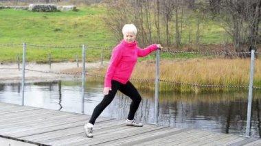 Senior woman exercising. — Stock Video