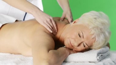 Senior woman heaving massage at spa salon — Stock Video