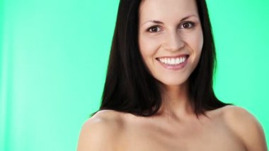 Hermosa mujer mostrando los pulgares para arriba. — Vídeo de stock