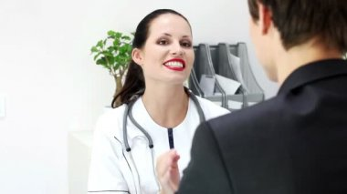 Doctor talking to patient in office — Stock Video