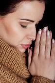 Güzel bir genç kadın dua. — Stok fotoğraf