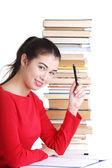 Mujer joven estudiante sonriente feliz con libros — Foto de Stock