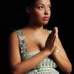 giovane donna incinta americana afro pregando — Foto Stock