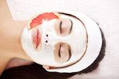 привлекательный молодой женщины с фруктовая маска — Стоковое фото