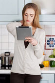 Beautiful caucasian woman holding tablet. — ストック写真