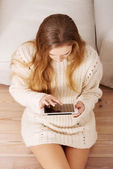 Beautiful caucasian woman playing on tablet. — Stock Photo