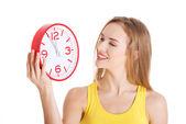 Vackra kaukasiska casual kvinna med röd klocka. — Stockfoto