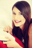 Bella donna leggendo un libro — Foto Stock