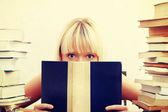 Femme d'étudiant avec beaucoup de livres à étudier pour les examens. — Photo