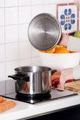 Belle femme caucasienne debout dans la cuisine et la cuisson. — Photo
