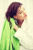Mujer limpia sus pelos — Foto de Stock