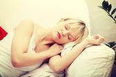 Piękna młoda kobieta, spanie — Zdjęcie stockowe