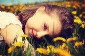 草原に横たわる女. — ストック写真
