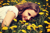 Beautiful young woman is lying on meadow. — Foto Stock