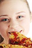 Gelukkig jongedame eten van pizza — Stockfoto