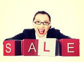 Mulher de negócios com um sinal de venda — Foto Stock