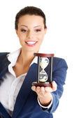 Ung affärskvinna med timglas — Stockfoto