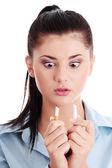 Kvinna bryta cigarett — Stockfoto