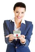 Bella empresaria sosteniendo la casa modelo — Foto de Stock