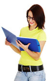 Caderno de leitura de mulher — Fotografia Stock