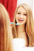 かなりの女性が彼女の歯を磨く — ストック写真