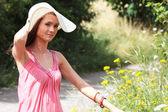 Dívka v klobouku velké letní — Stock fotografie