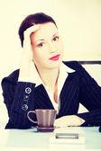 Denken geschäftsfrau sitzen im büro. — Stockfoto