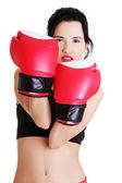Boks fitness kobieta czerwonych rękawiczkach. — Zdjęcie stockowe