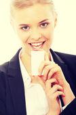 Mooie zakenvrouw met visitekaartje — Stockfoto