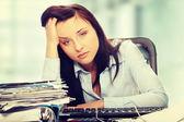 Esaurito femminile compilando i moduli fiscali — Foto Stock
