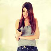 Teen girl using cell phone — Stock Photo