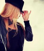 Jonge danseres in zwarte hoed — Stockfoto