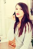 Mulher falando por telefone moibile — Fotografia Stock